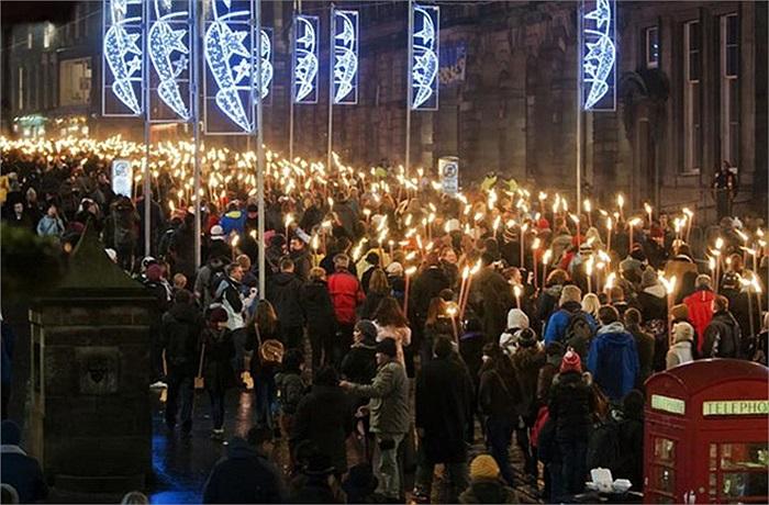 Lễ hội Hogmanay ở Edinburgh, Scotland kéo dài 4 ngày này với những màn pháo hoa đặc sắc, lễ rước đuốc, các buổi hòa nhạc, nhảy múa dân gian...