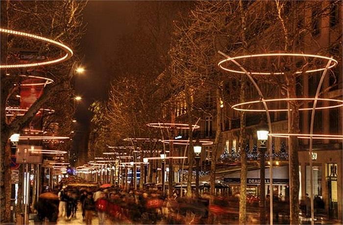 Kinh đô ánh sáng Paris, Pháp cũng là một địa điểm hấp dẫn trong đêm giao thừa. Để chào đón năm mới, thủ đô Paris tổ chức một bữa tiệc ánh sáng và lễ hội đường phố hoành tráng ở đại lộ Champs-Elysees.