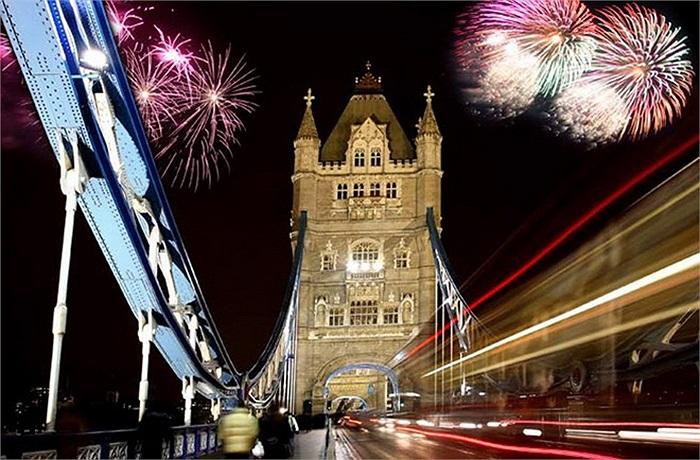 Vào đêm giao thừa, người dân Anh và du khách nước ngoài đổ về sông Thames ở London, Anh để tận hưởng bữa tiệc ánh sáng tuyệt đẹp.