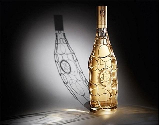 Hãng rượu nổi tiếng Louis Roederer đã mạ lớp vàng 24 carat lên chai rượu với số lượng có hạn của mình. Được thiết kế bằng tay bởi hai thợ kim hoàn bậc thầy trong 4 ngày, chai rượu có được nét đẹp sang trọng và vương giả. Chỉ với 200 chai, chai rượu vàng này thường được mua để làm quà tặng với giá 26.000 USD.
