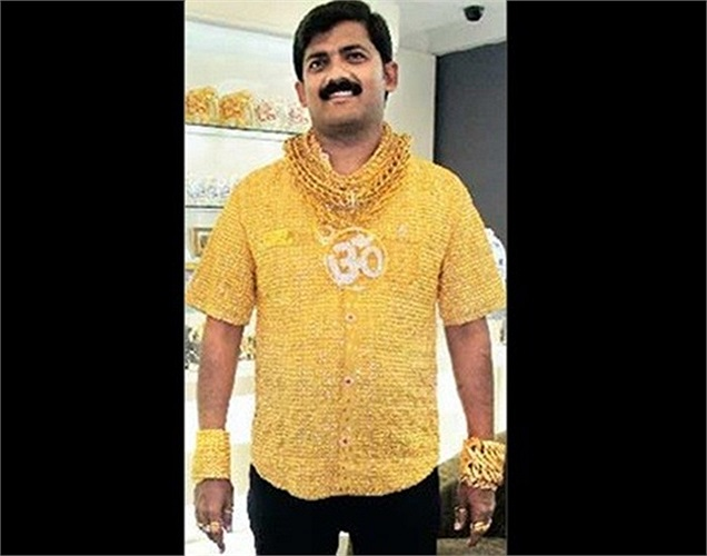 Các thợ kim hoàn của công ty Ranka Jewellers đã thiết kế bộ trang phục với áo bằng vàng ròng nặng 3,25 kg cho triệu phú người Ấn Độ Datta Phuge. Thân áo làm toàn bằng vàng 22 karat, cúc áo là 8 viên đá quý. Doanh nhân này sống tại thành phố Pune, bang Maharashtra phía tây Ấn Độ, và luôn bị ám ảnh bởi vàng.