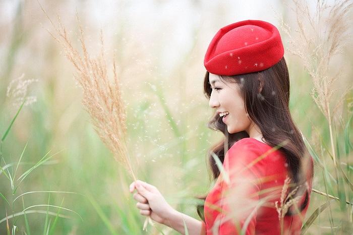 Vẻ tươi trẻ của người đẹp trên cánh đồng lau.