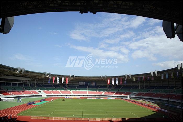 Còn đây là sân vận động Zeyar Thiri, nơi tổ chức môn bóng đá nam. Và nên nhớ, Zeyar Thiri là bản sao của sân Wunna Theikdi, nơi diễn ra lễ khai mạc và bế mạc.