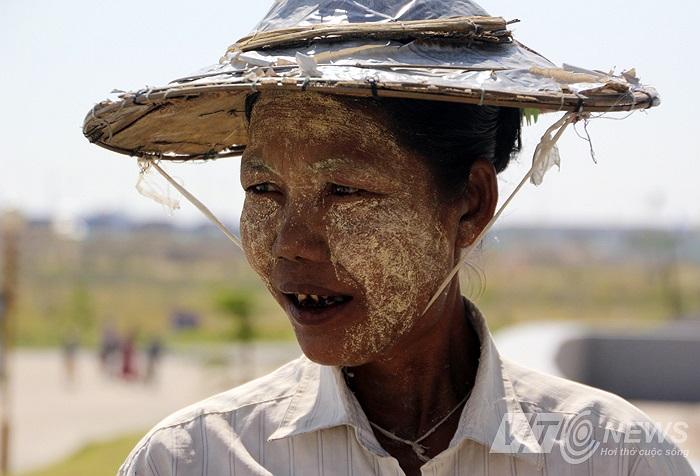 Giống như lớp Thanakha màu trắng bôi lên mặt nhưng không tài nào giấu đi được nước da den sạm của những người Myanmar bản địa.