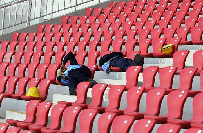 Nhân viên an ninh ngủ trưa trên khán đài Zeyar Thiri.