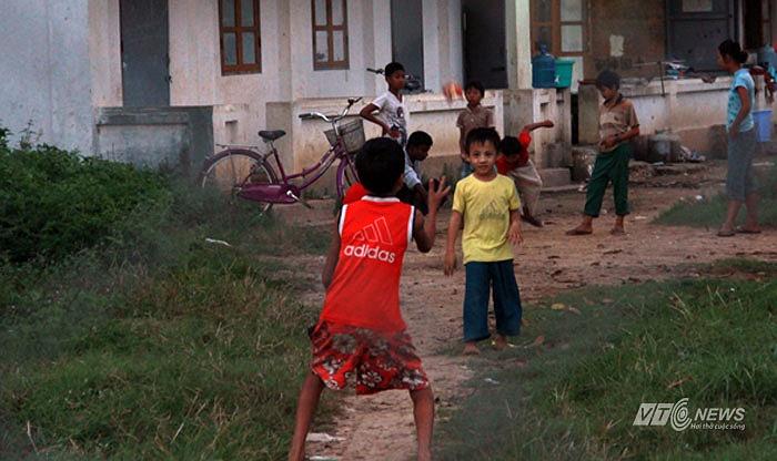 Những đứa trẻ này mải mê chơi đùa dưới ánh chiều chạng vạng. Chúng không hay biết U23 Việt Nam- một đội tuyển được đặt nhiều kỳ vọng đang tập cách đó chỉ chưa đầy 20m
