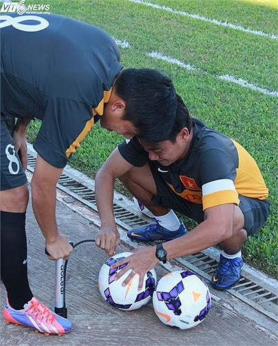 Thầy trò U23 Việt Nam bơm bóng trước giờ tập