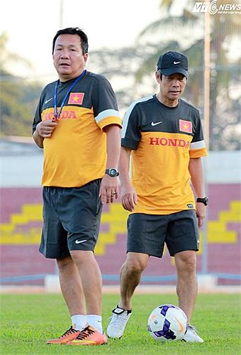 HLV Hoàng Văn Phúc và TTK VFF Ngô Lê Bằng ở sân Naypyitaw FC chiều qua
