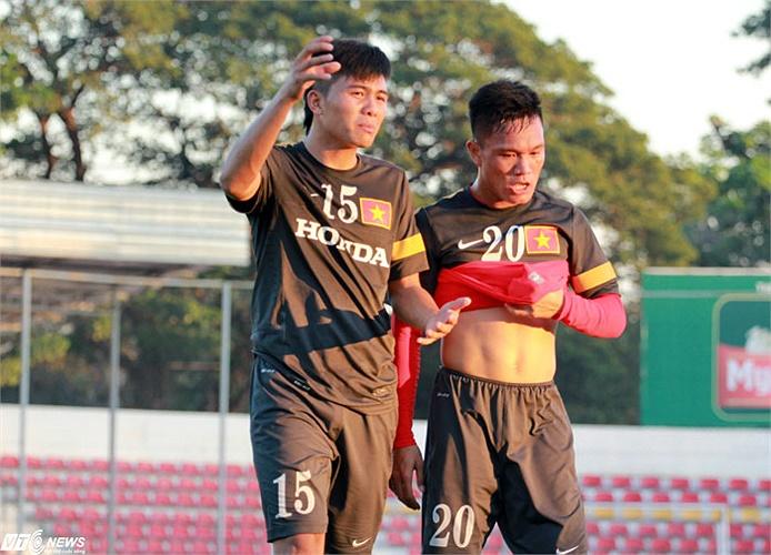 Nắng nóng, trời khô thật sự làm khổ các cầu thủ Việt Nam