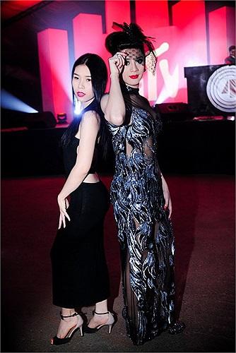 Mùa hè vừa qua, nữ ca sỹ chuyển giới Lâm Chi Khanh tham dự một sự kiện ở TP. HCM, đi cùng Chi Khanh là cô em gái đang có ý định bước chân vào showbiz.