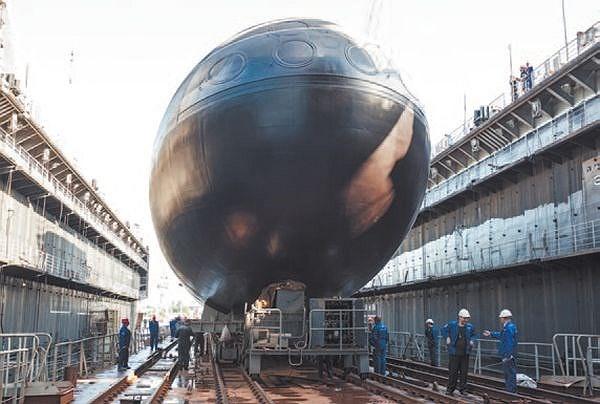 Ngày 28/8/2012, tàu ngầm Kilo 636 Hà Nội được đưa lên dock chuẩn bị cho lễ hạ thủy chính thức. (Ảnh tư liệu của nhà máy đóng tàu Admiraltei verfi)