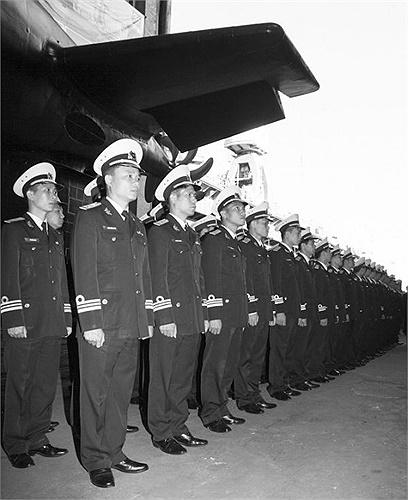 Thủy thủ đoàn của tàu ngầm Hà Nội tại lễ hạ thủy. (Ảnh tư liệu)