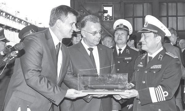 Lãnh đạo nhà máy Admiraltei verfi tặng lãnh đạo quân chủng Hải quân Việt Nam mô hình tàu ngầm Kilo 636 tại lễ hạ thủy. (Ảnh tư liệu)