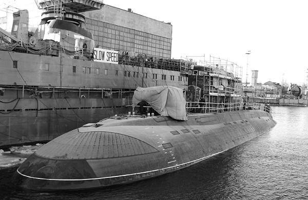 Tàu ngầm Hà Nội neo đậu tại cảng của nhà máy trong thời gian hoàn thiện phần tháp tàu. (Ảnh tư liệu)