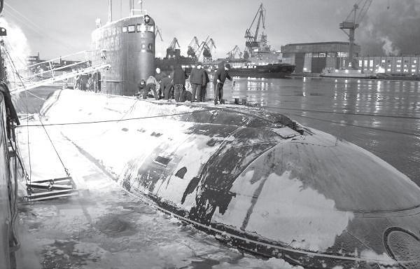 Đầu tháng 12/2012 tàu ngầm Hà Nội có chuyến ra biển lần đầu tiên, chính thức bắt đầu giai đoạn thử nghiệm nhà máy. (Ảnh tư liệu)