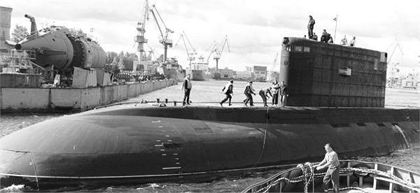 Tàu ngầm Hà Nội trở về nhà máy Admiraltei verfi để bước sang giai đoạn thử nghiệm trên bờ và thử nghiệm tiếp nhận-bàn giao. (Ảnh tư liệu)