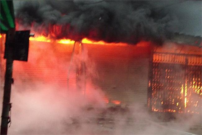 Vụ hỏa hoạn xảy ra vào khoảng 6h sáng nay (16/12) tại chợ Xanh (phố Phan Văn Trường, Cầu Giấy, Hà Nội).