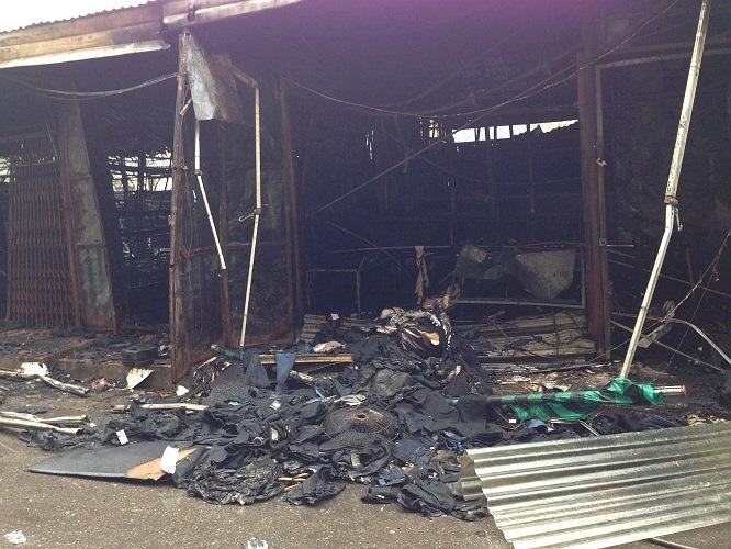 Nhiều quần áo cháy rụi, rơi vãi tại hiện trường.