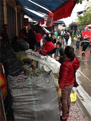 Tiểu thương cứu hàng hóa ra khỏi hiện trường vụ hỏa hoạn.