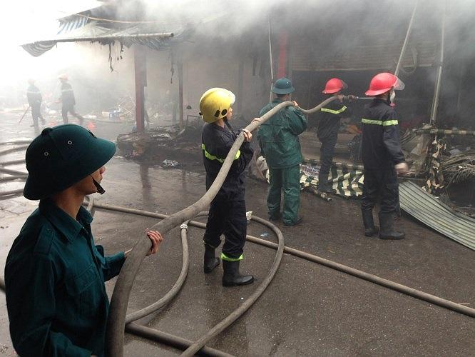 Lực lượng cứu hỏa nỗ lực chữa cháy giữa mưa rét.