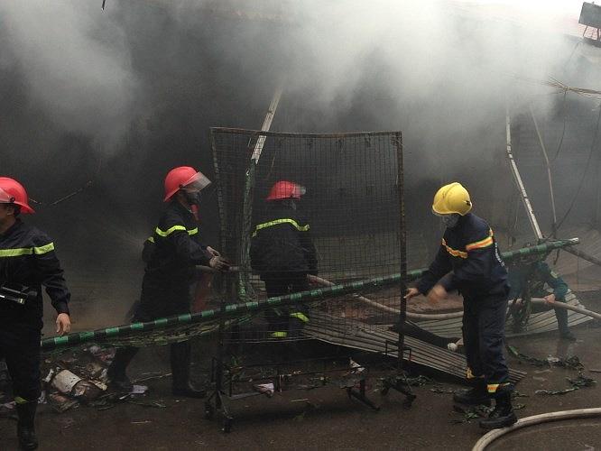 Khoảng 200 chiến sĩ cảnh sát PCCC, bộ đội và dân quân tự vệ tham gia cứu hỏa.