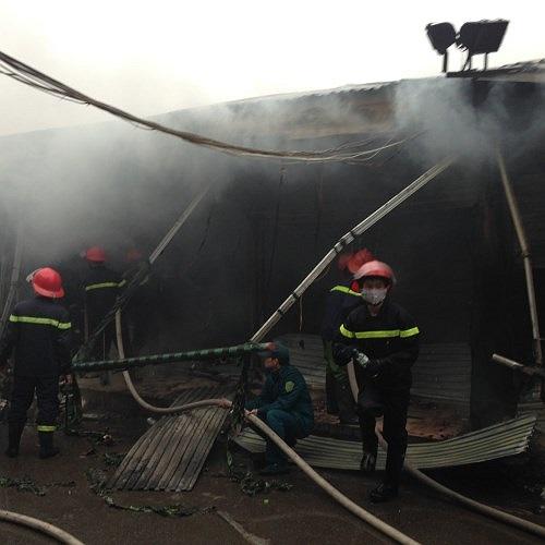 Đến 8h, ngọn lửa vẫn cháy âm ỉ tại các gian hàng, khói bốc nghi ngút.