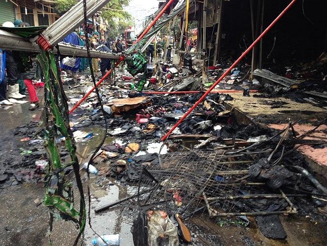 Nhiều quần áo, giày dép là hàng hỏa của các ki ốt bị thiêu rụi