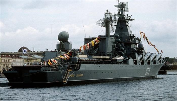 Những tên lửa chống hạm được xếp 2 bên mạn tàu