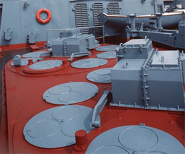 Các ống phóng tên lửa SA-N-6 trên Tuần dương hạm Marshal Ustinov