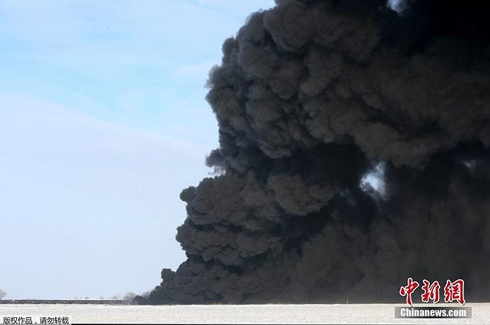 Khói đen độc hại bốc lên sau vụ đâm tàu hỏa
