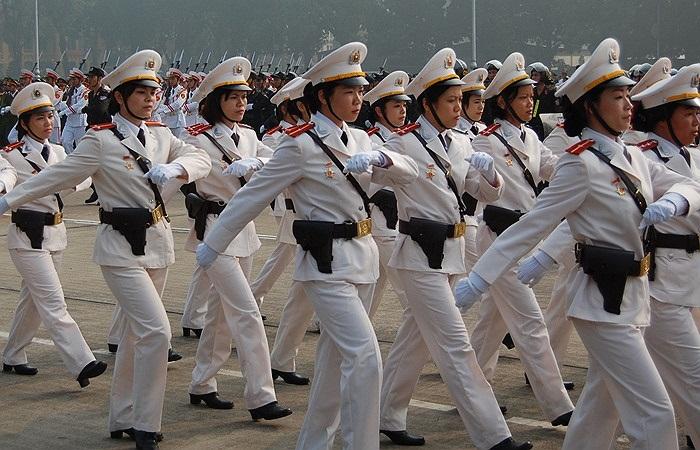 Các nữ cảnh vệ Việt Nam trong một lần đến viếng Lăng Chủ tịch Hồ Chí Minh