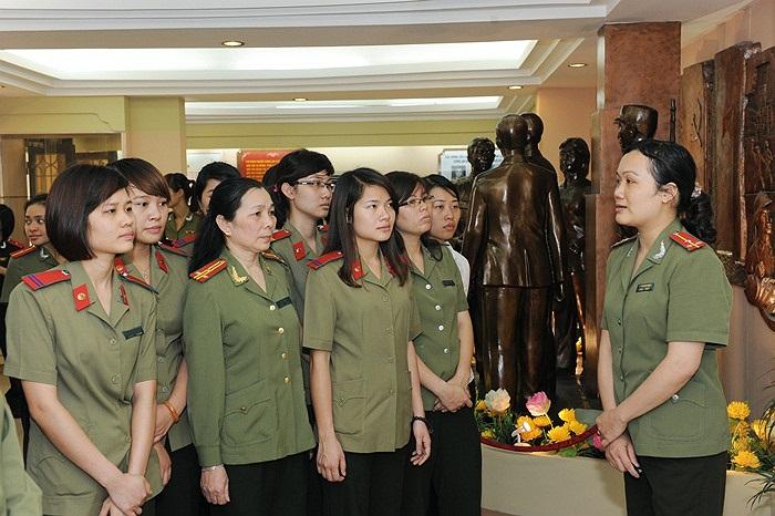 Những nữ chiến sĩ trẻ được học tập, tìm hiểu về lịch sử của Bộ tư lệnh Cảnh vệ