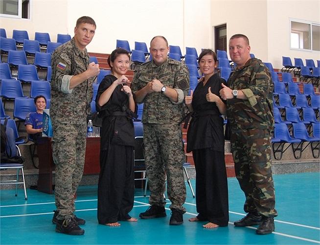 Các nữ cảnh vệ trẻ giao lưu, học tập các đặc vụ Nga