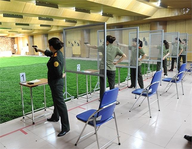 Nữ cảnh vệ tham gia giải bắn súng của ngành Công an tại nhà thi đấu
