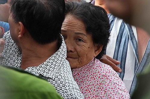 Có cả những người già cũng chen vào hàng để mua vé (Ảnh: Tuổi Trẻ).