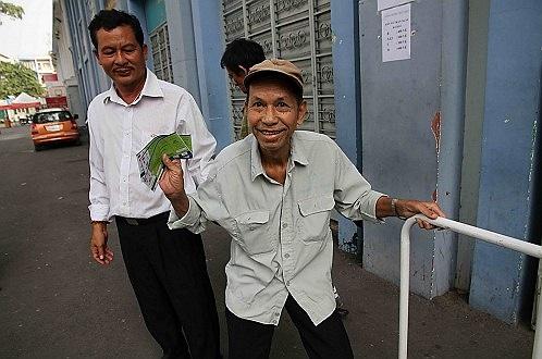 Một CĐV lớn tuổi, vui mừng khi mua được vé. (Ảnh: Tuổi Trẻ)