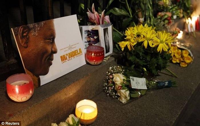 Hoa, nến tưởng niệm cố tổng thống Nelson Mandela bên ngoài Quảng trường Trafalgar ở London