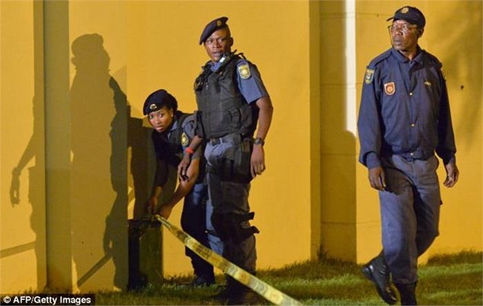 Cảnh sát Nam Phi duy trì trật tự bên ngoài nhà riêng của cố tổng thống