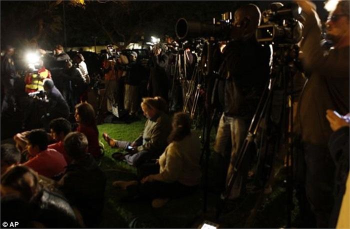 Báo chí có mặt bên ngoài nhà riêng cố tổng thống khi ông qua đời tối 5/12