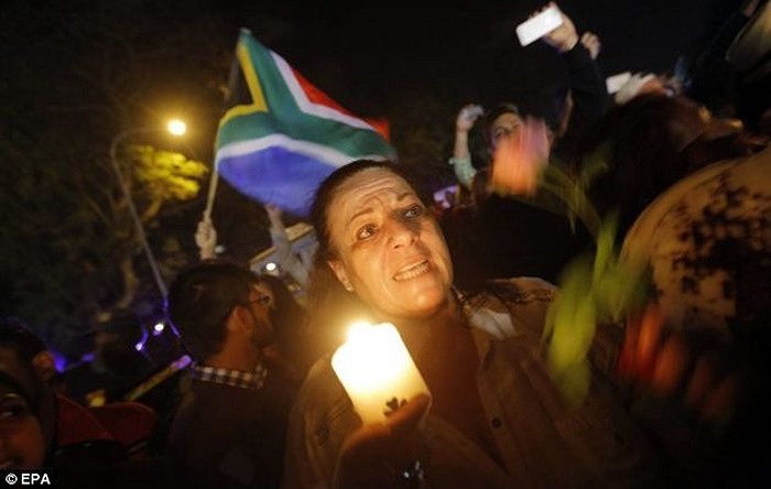 Người dân vẫy cờ tiễn đưa vị anh hùng dân tộc Nelson Mandela bên ngoài nhà ông