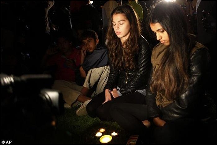 Hai cô gái cầu nguyện bên ngoài nhà riêng cố tổng thống Nelson Mandela