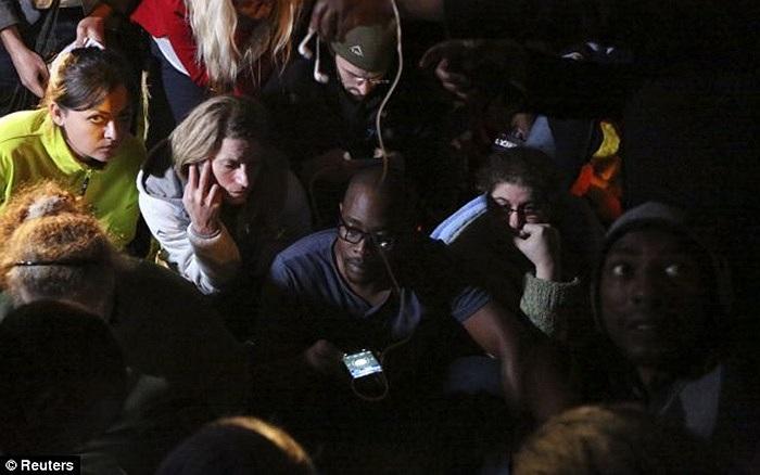 Người dân tập trung bên ngoài nhà riêng cố tổng thống Nelson Mandela sau khi hay tin ông qua đời tối 5/12