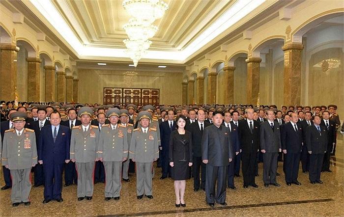 Bà Ri Son-ju cùng chồng là nhà lãnh đạo Kim Jong-un tại cung điện Mặt trời Kusumsan ở Bình Nhưỡng ngày 17/12