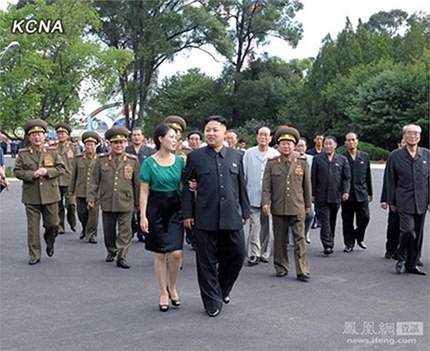 Cử chỉ khoác tay khá thân mật của vợ chồng Kim Jong-un