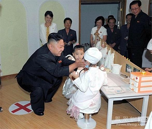 Nhà lãnh đạo Triều Tiên cùng phu nhân Ri Son-ju trong một sự kiện khác