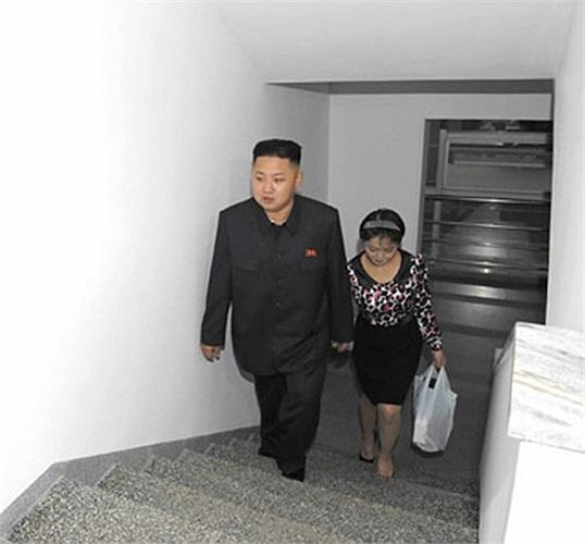 Đệ nhất phu nhân Ri Son-ju tay trong tay với Kim Jong-un