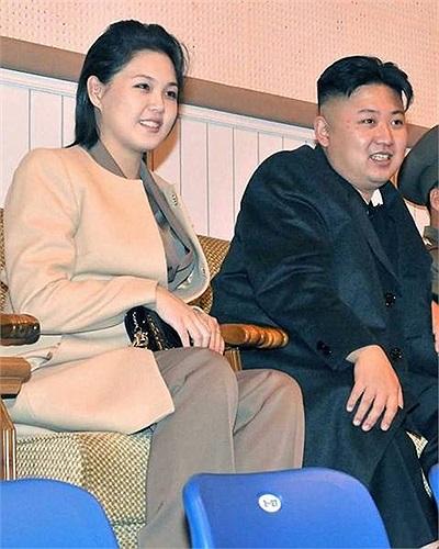 Đệ nhất phu nhân Ri Son-ju bên nhà lãnh đạo Kim Jong-un