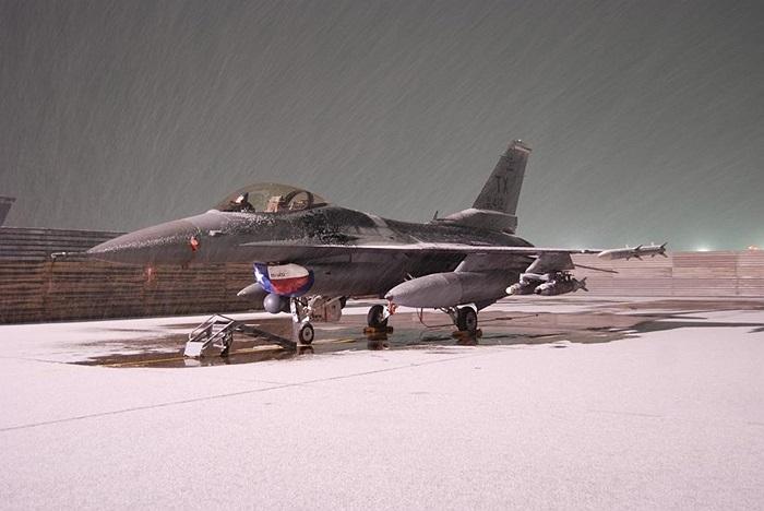 F-16 Fighting Falcon của quân đội Mỹ bị tuyết bao phủ ở Sân bay quân sự Bagram, Afghanistan