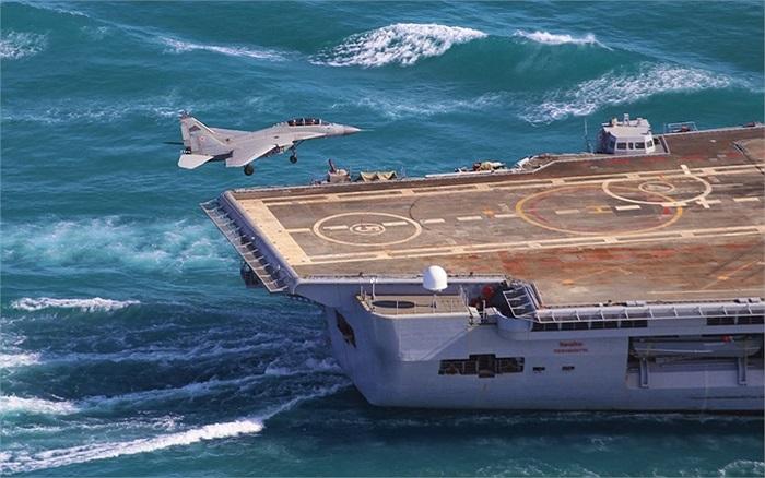Chiến cơ chuẩn bị hạ cánh xuống tàu sân bay INS Vikramaditya của Ấn Độ