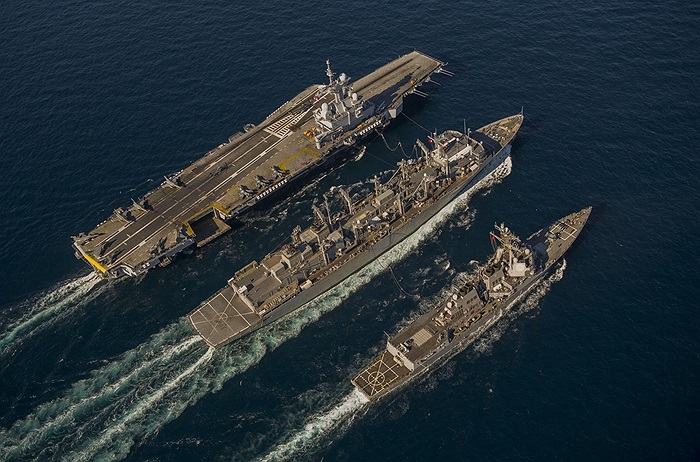 Nhóm tàu khu trục USS Bulkeley của Mỹ cùng với tàu sân bay Charles de Gaulle của Pháp và tàu tiếp dầu của Hải quân Mỹ trên Vịnh Oman